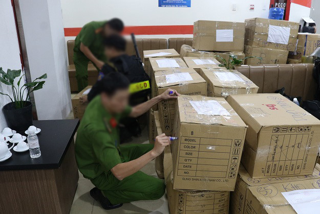 Công an khám xét và thu giữ các tài liệu, tang vật tại trụ sở Công ty Alibaba - Ảnh: Tri thức trực tuyến.