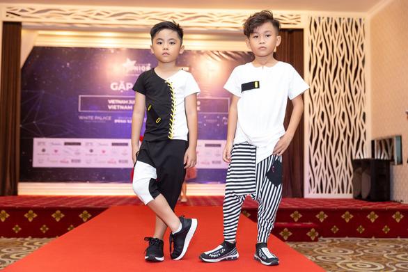 Lần đầu ra mắt tuần lễ thời trang dành cho người mẫu chuyên nghiệp - Ảnh 5.